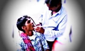Jak wygląda leczenie zębów w Indiach? Powszechni są tam... uliczni dentyści!