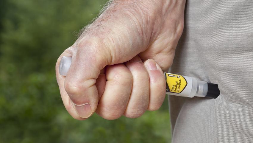 Gdy wystąpią objawy wstrząsu anafilaktycznego należy podać zastrzyk z adrenaliną