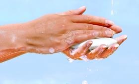 Mycie rąk zimną wodą tak samo skuteczne jak ciepłą. Naukowcy są pewni