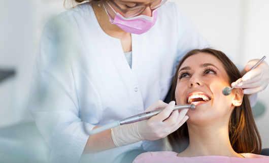 Skaling i piaskowanie to zabiegi umożliwiajace zachowanie zębów w dobrym stanie