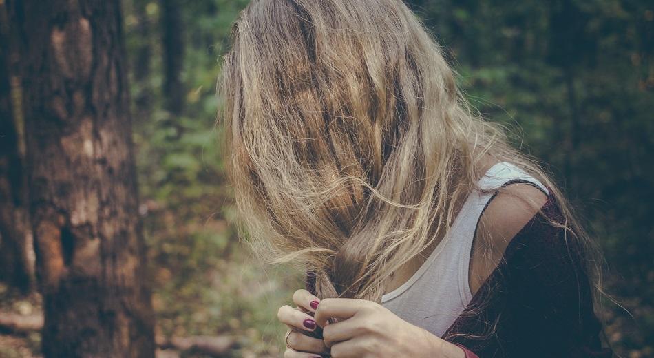Domowy peeling głowy dogłębnie oczyści pory i poprawi stan włosów