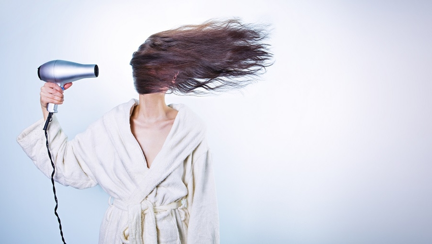Słońce grzeje! Jak chronić włosy przed jego działaniem?