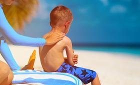 Czerniak może być skutkiem intensywnego opalania i poprzeń skóry, nawet tych, których doznało się w dzieciństwie