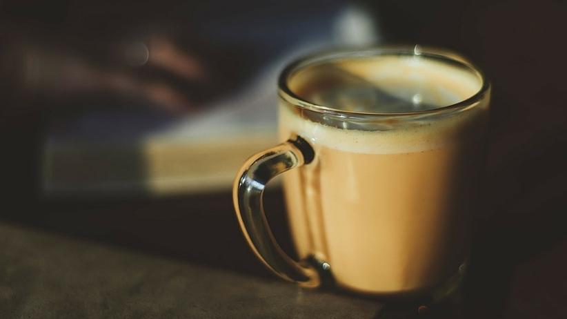 Kiedy najlepiej sięgnąć po kubek kawy, aby się rozbudzić?