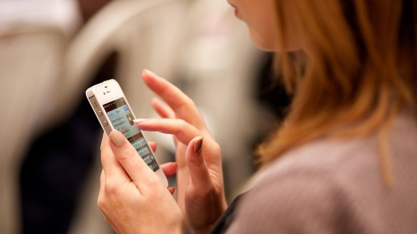 """Wysyłasz sporo SMS-ów? Sprawdź, czy cierpisz na """"Text Neck"""""""