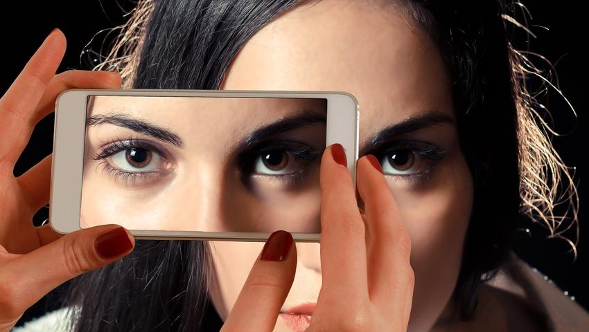 Brudna prawda o naszych telefonach. Jakie zarazki się na nich czają?