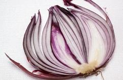 Żucie kawałka cebuli, cytryny lub czosnku