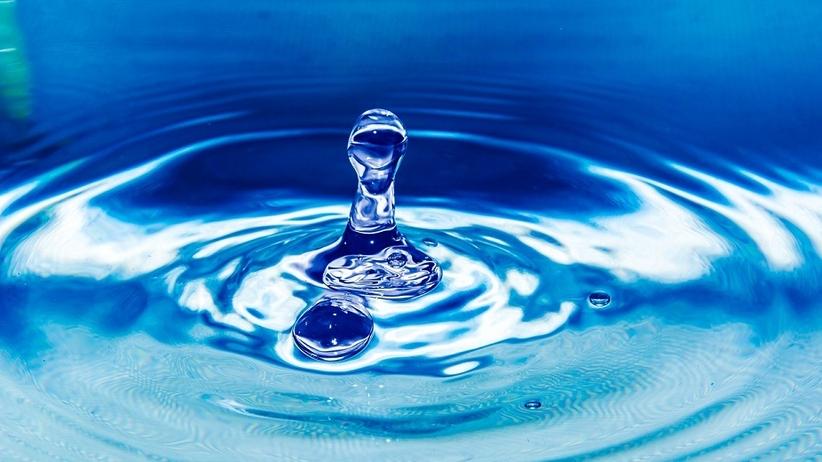 2,5 litra wody dziennie to MIT. Ile wody powinieneś pić?