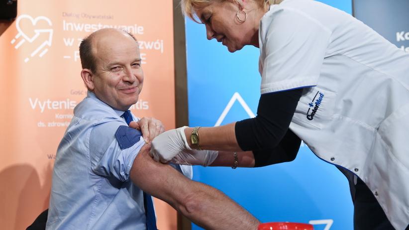 Jak się chronić przed grypą? Minister Zdrowia szczepi się na konferencji prasowej