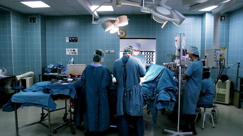 Pacjent upadł ze stołu w trakcie operacji. Po kilku dniach zmarł